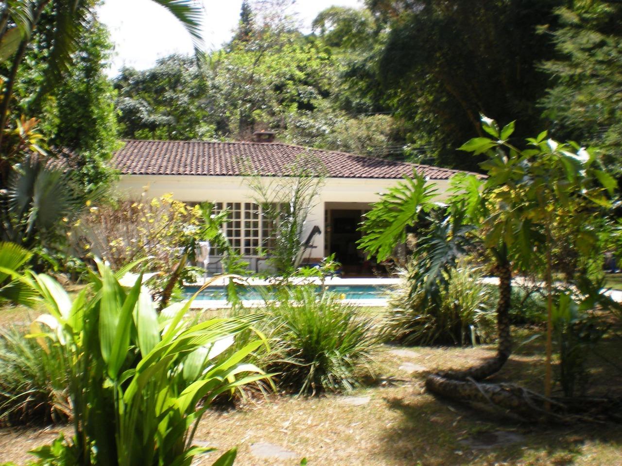 Amplia Casa de Un Nivel con Piscina y Jardines Tropicales en Bello Horizonte