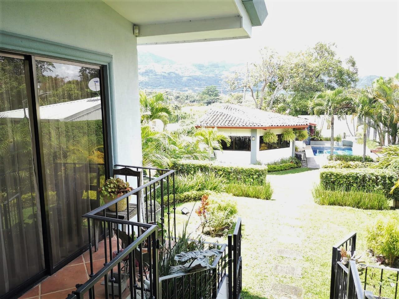 Hermosa Casa Independiente con Apartamento de Visitas y Piscina