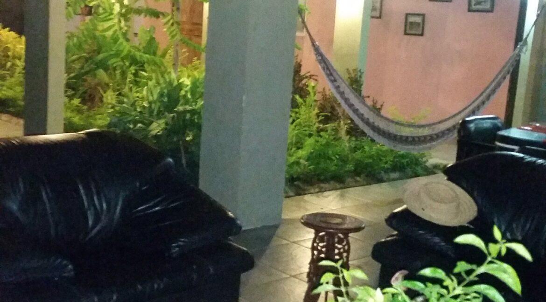 foto sala y patio central noche
