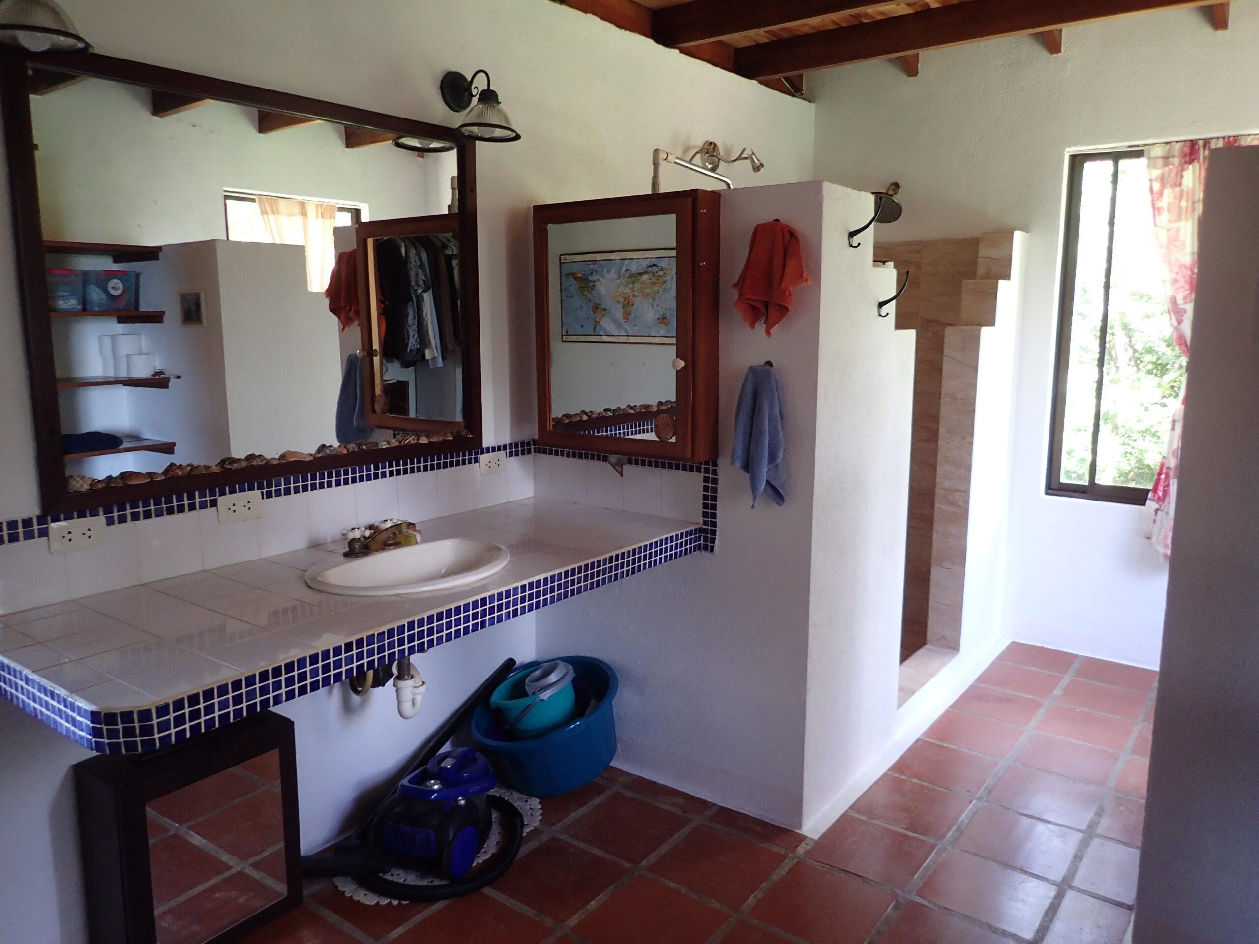 Propiedad con 2 casas en playa Venado, Guanacaste.