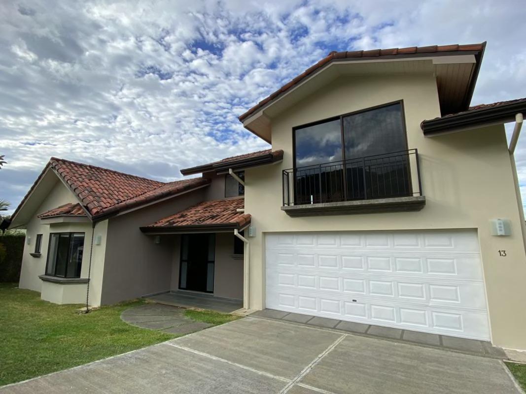 Venta/Alquiler de casa de 5 dormitorios ubicado en condominio en Santa Ana.