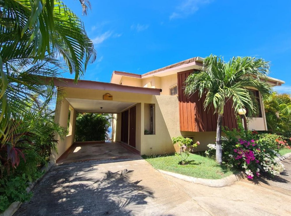 Villa de 2 Pisos con Vista al Mar a la Venta en Playa Ocotal, Guanacaste