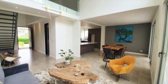 Casa de 2 Plantas en Condominio en Escazú | Estilo Contemporáneo