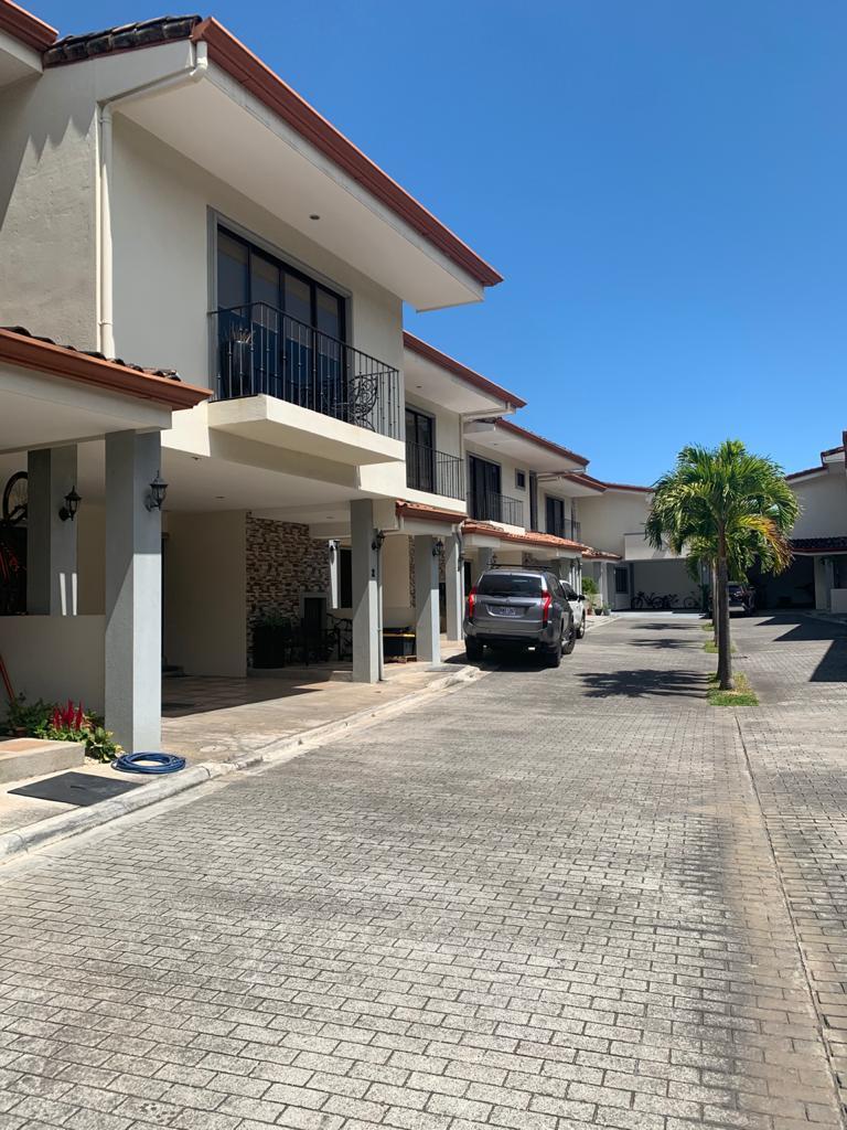 SE VENDE Casa en condominio de 4 habitaciones ubicado en Santa Ana