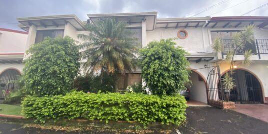 Se vende Townhouse en Laureles Escazú.