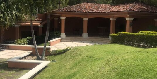 Venta de Casa en Condominio en Guachipelín.