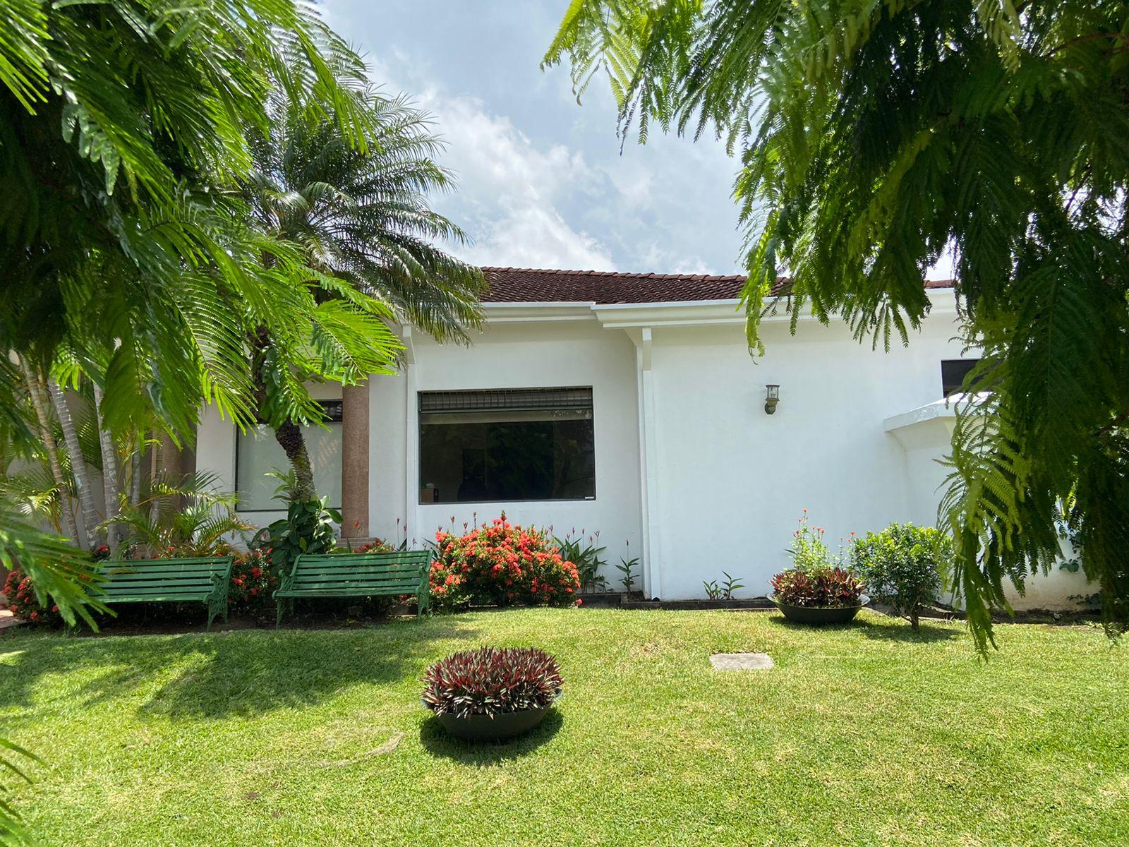 Casa de 1 planta con jardín en condominio en Lindora Santa Ana